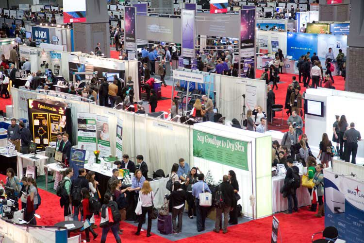 Attendees visit the exhibit hall at the SfN annual meeting.