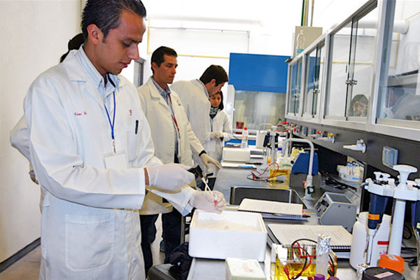 Studends in lab at UNAM