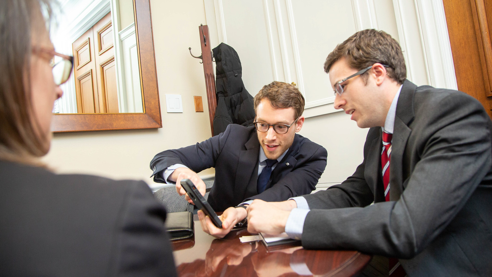 SfN advocate Joe Luchsinger (left) shares a video of light sheet microscopy in a mouse brain with Congressional staff.