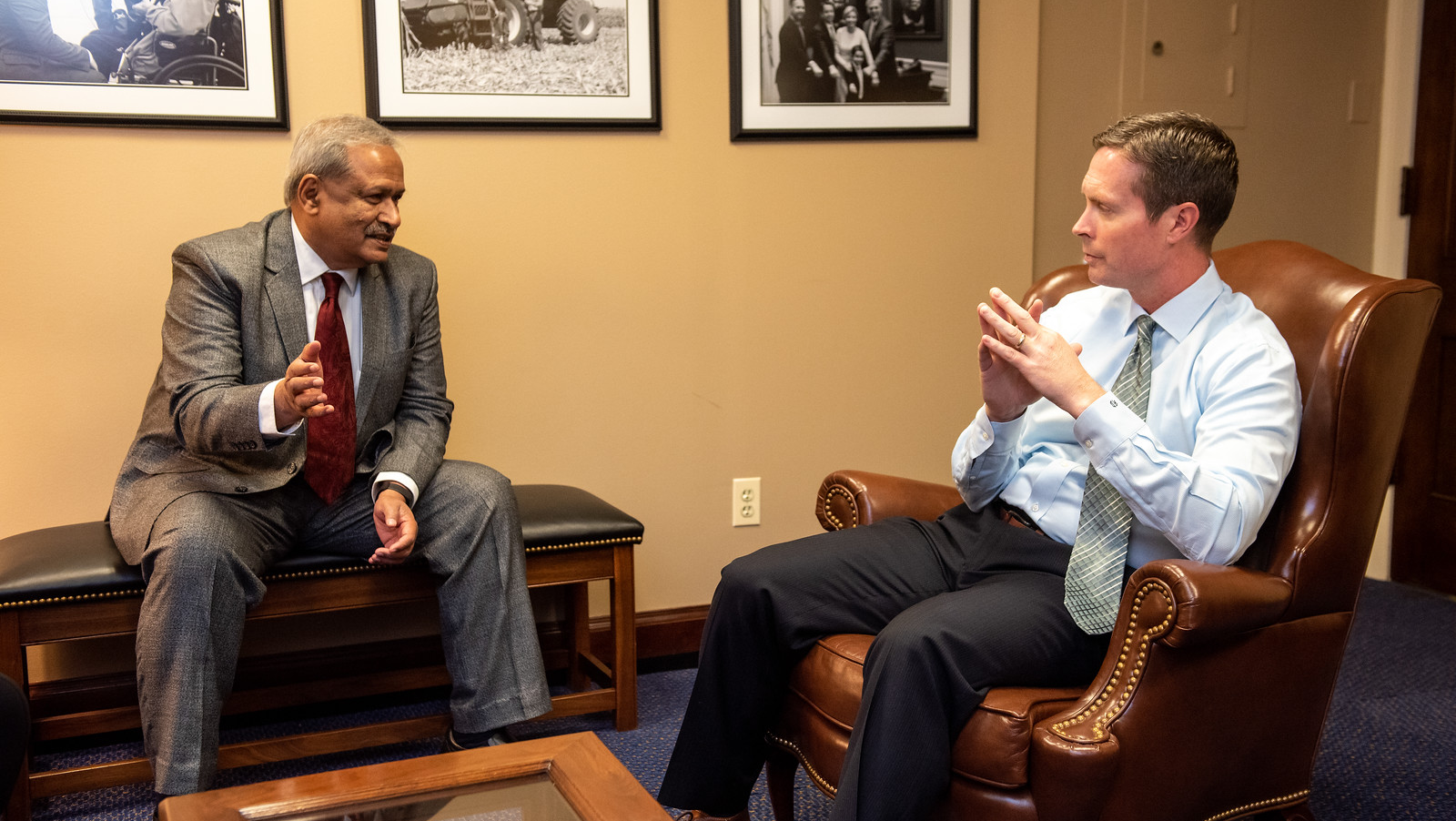 Global Membership Committee member Trichur Raju (left) meets with Rep. Rodney Davis (R-IL) to discuss brain science research supported by NIH and NSF.