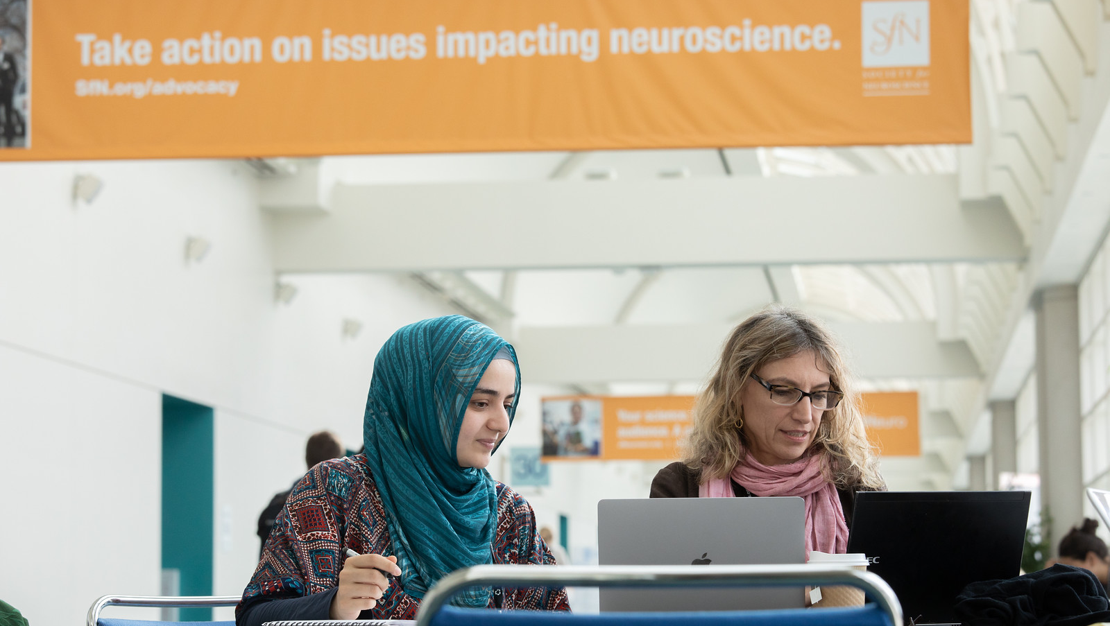 Attendees at Neuroscience 2018 catch up on work between sessions